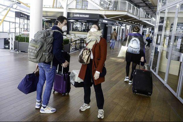 Des passagers dans la gare de Rennes, le 17 mars.