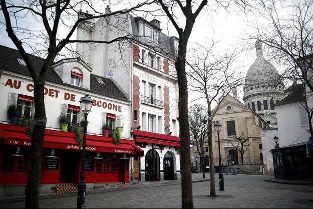 La place du Tertre à Montmartre, devant le Sacré Coeur.