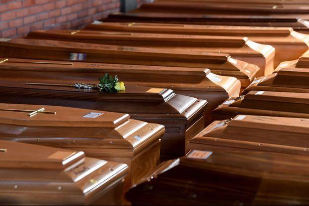 Des cercueils alignés dans une église d'Alessandria en Italie, le 23 mars 2020.