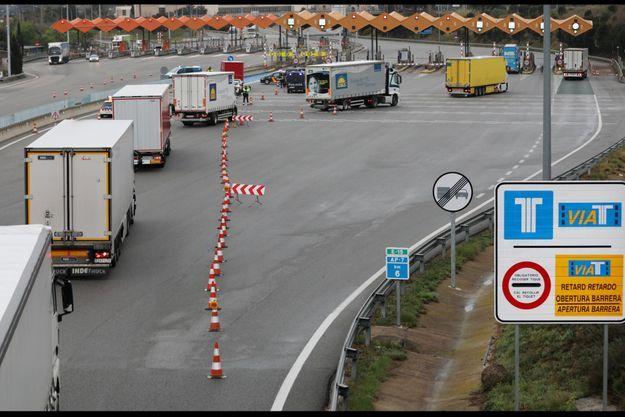Des camions contrôlés à la frontière franco-espagnole, le 17 mars 2020.