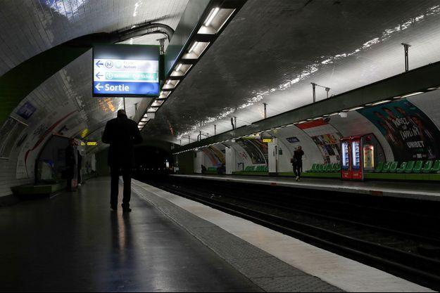 Une station de métro à Paris, vide, alors que le pays est confiné en raison du coronavirus.