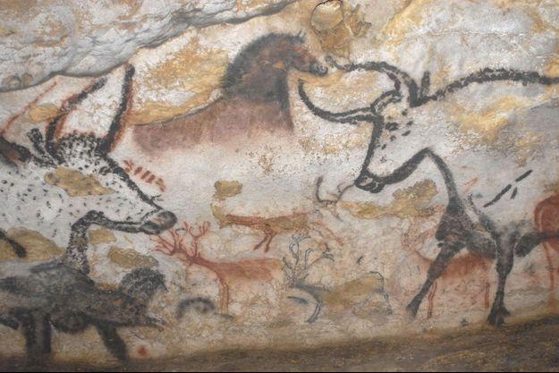 Dans la grotte de Lascaux, la salle des Taureaux.