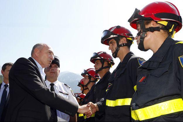 Le ministre de l'Intérieur Gérard Collomb salue les pompiers samedi, en Corse.