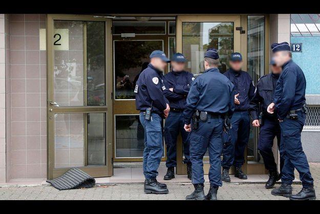 Des policiers se tiennent devant l'entrée de l'immeuble de Jérémy Sydney à Strabourg.