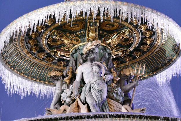 La fontaine de la Place de la Concorde, prise dans la glace.