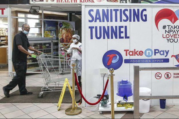 Un tunnel de désinfection dans un magasin en Afrique du Sud.