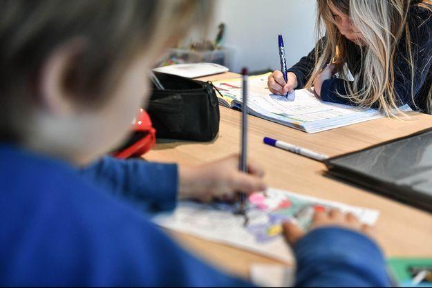 Des enfants faisant l'école à la maison à Bordeaux en avril 2021