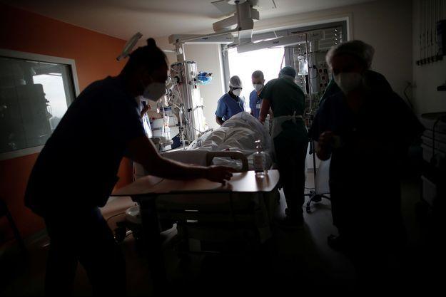Le personnel soignant prend un charge un malade du covid-19. Image d'illustration.