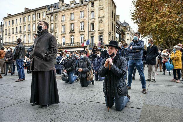A Bordeaux, des fidèles ont improvisé une messe pour protester contre l'interdiction des cérémonies religieuses en raison de la Covid-19.