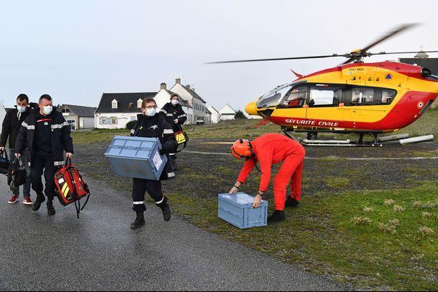 Les habitants d'Hoëdic (Morbihan) ont reçu vendredi le vaccin anti-Covid, arrivé encore congelé aux aurores par hélicoptère depuis le continent.