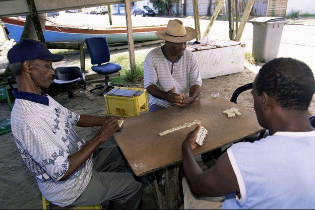 Des Martiniquais jouent aux dominos.
