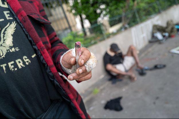 Des toxicomanes dans une rue près du jardin d'Eole à Paris, en juin.