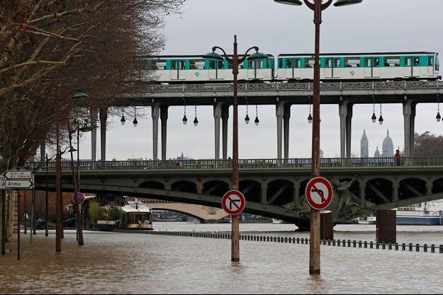 La Seine déborde sur les quais, à Paris.