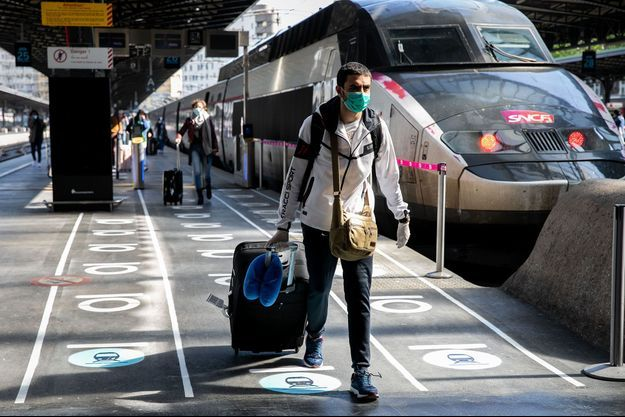 Dans une gare parisienne, mercredi. La SNCF a adapté les installations, avec notamment un marquage au sol.