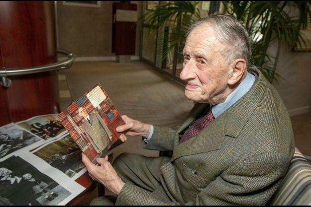 Entre les mains de Philippe de Gaulle, un disque d'une allocution du Général.