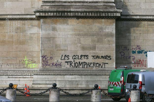 De nombreux tags ont été écrits sur le monument.