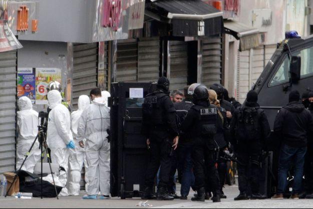 Des membres de la police scientifique et des opérateurs de la BRI, le 18 novembre 2015, à Saint-Denis, où a été arrêté Abdelhamid Abaaoud, le chef opérationnel des commandos terroristes des attentats du 13 novembre 2015.