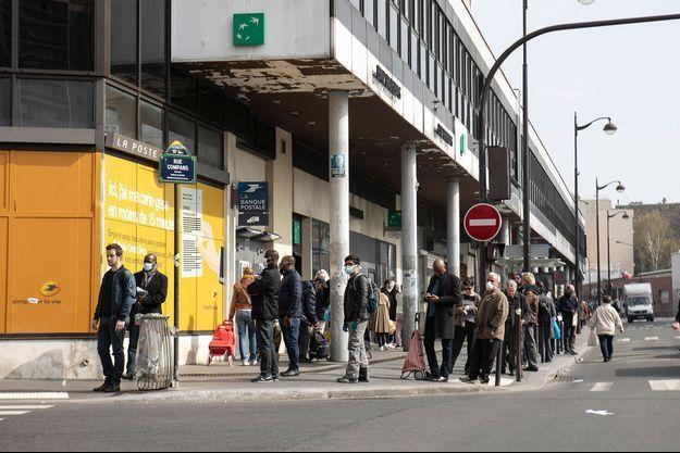 File d'attente à la Poste dans le 19ème arrondissement de Paris le 20 mars.
