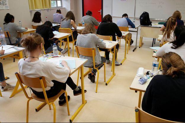 Des élèves passant le baccalauréat le 18 juin, à Versailles.