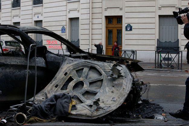 La carcasse d'une voiture brûlée à Paris.