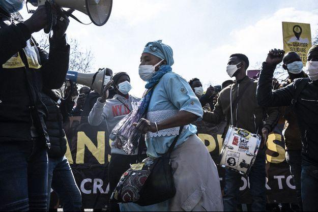 Une femme danse au son des tambours lors d'une marche contre le racisme et les violences policières à Paris le 20 mars 2021