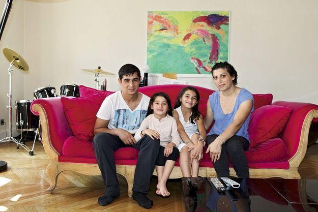 Dans l'appartement parisien de Nathalie, Elis et Iordana, avec leurs deux fillettes, Ana, 5 ans, et Eliza, 7 ans.