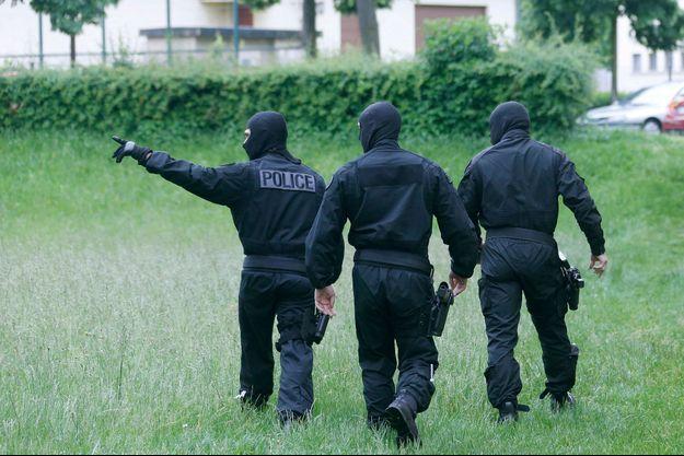 Des policiers de la direction générale de la sécurité intérieure lors d'une intervention à Strasbourg en mai dernier.