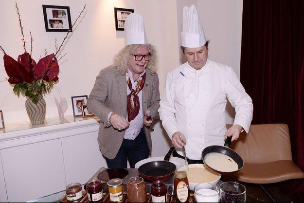 Pierre-Jean Chalençon et le chef Christophe Leroy lors de la soirée Crêpes Party chez Christophe Leroy à Paris, France, le 4 février 2020.