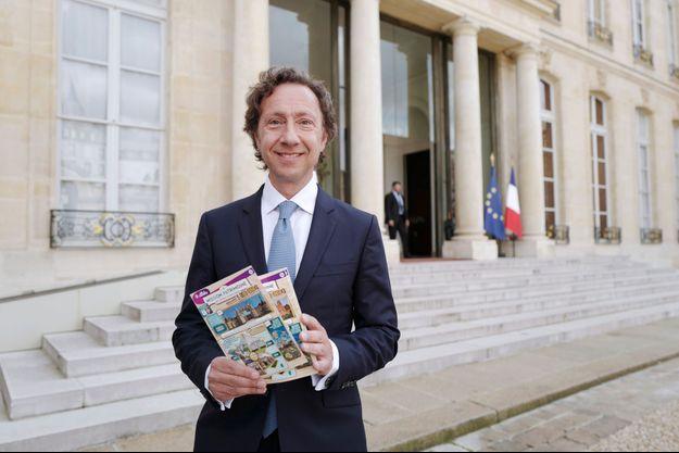 Stéphane Bern ici à l'Elysée fin mai avec les tickets du Loto du Patrimoine.