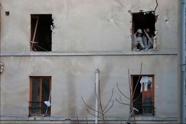 La policie scientifique est déjà sur les lieux de l'assaut afin de recueillir tous les éléments susceptibles de favoriser l'identification des terroristes présumés.