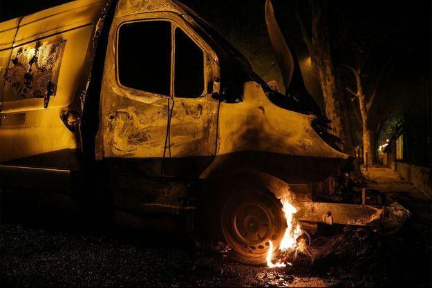 Un camion brûlé à Villeneuve-la-Garenne.