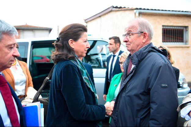 Agnès Buzyn salue le maire du Lherm, Jean Ayçaguer.