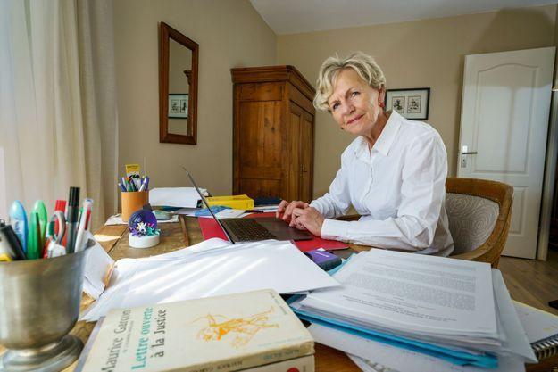A son bureau, chez elle, dans la vallée de Chevreuse (Yvelines). « Je n'ai servi que la loi toute ma carrière », affirme celle qui a dirigé le PNF de 2014 à 2019.