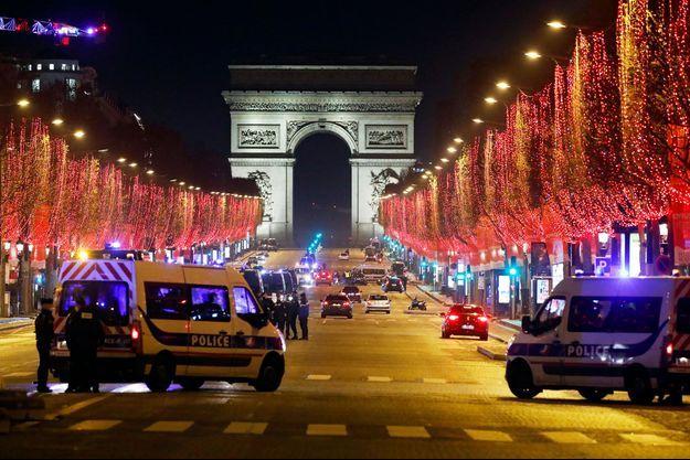 Les Champs-Elysées à Paris, déserts jeudi soir en raison des restrictions sanitaires.