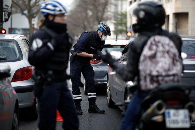 La police contrôle les passants à Paris, le 17 mars dernier.