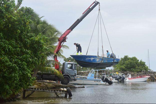 A Saint-Anne, en Guadeloupe, on met un bateau à l'abri avant l'arrivée de Maria, lundi.
