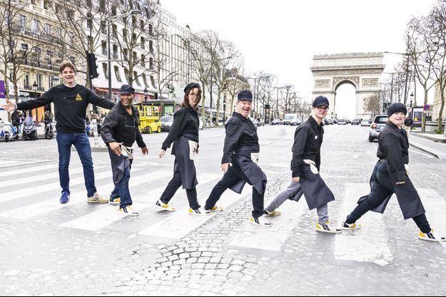 Sur les Champs-Elysées, où ouvrira le 10 mars le 5e café. De g. à dr., sa brigade de choc avec Yann Bucaille-Lanrezac, Abou, Alexandra, Arnaud, Emmanuel et Julia.