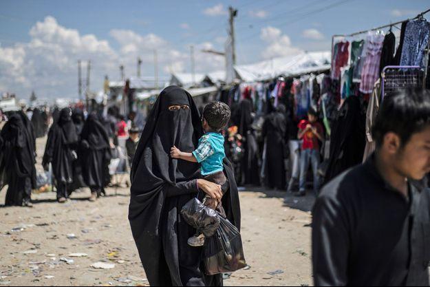 Une femme et un enfant dans le camp de réfugiés d'Al-Hol, dans le nord-est de la Syrie, le 18 avril.