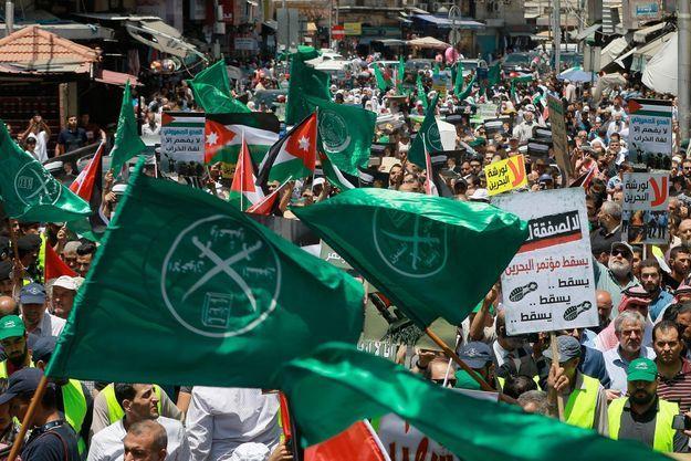 Des drapeaux de l'organisation des Frères musulmans brandis dans les rues d'Amman en Jordanie lors d'une manifestation anti-américaine le 21 juin 2019.