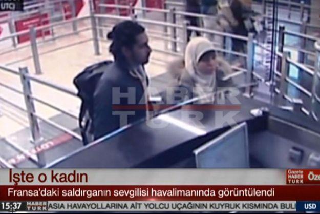 Cette femme est présentée par la télévision turque comme étant Hayat Boumeddiene à son arrivée en Turquie. A ses côtés, il s'agirait de Mehdi Sabry Belhoucine, un nom bien connu des servives antiterroristes français.