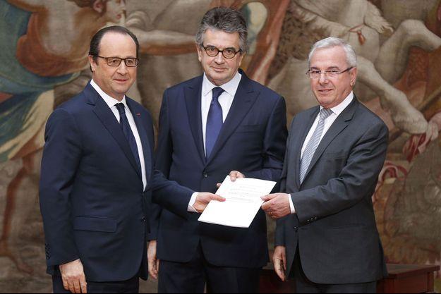 François Hollande avec Alain Claeys et Jean Leonetti, auteurs du rapport sur la fin de vie, le 12 décembre.