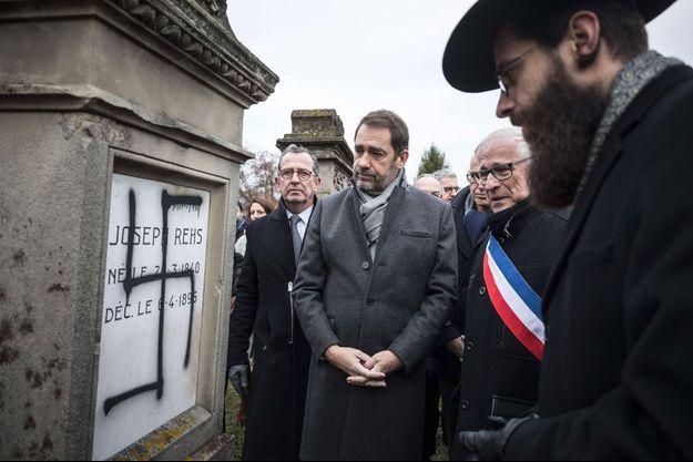 Le ministre de l'Intérieur Christophe Castaner visite le cimetière juif d'Herrlisheim, près de Strasbourg, après qu'il a été profané, le 14 décembre dernier.