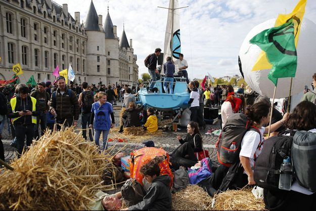 Les militants d'Extinction Rebellion à Paris lundi.