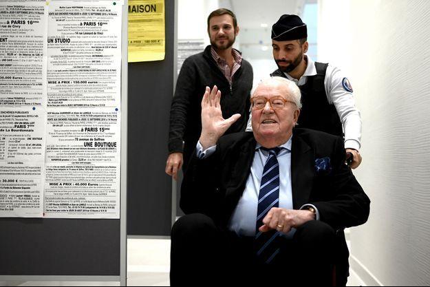 Jean-Marie Le Pen s'est présenté en chaise roulante devant le tribunal correctionnel.