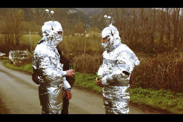 Dans la matinée du 21, apparition martienne, antennes à ressort et papier aluminium.