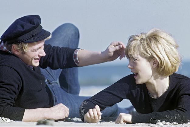 JOHNNY ET SYLVIE LE ROCK au CŒUR Au début de l'été 1963, Johnny et Sylvie lézardent au soleil du Midi. Sur les plages des Saintes-Maries-de-la-Mer, le cœur des deux amoureux se délie. De retour à Paris, Sylvie Vartan annonce sur Europe N° 1 : « Nous sommes presque fiancés. »