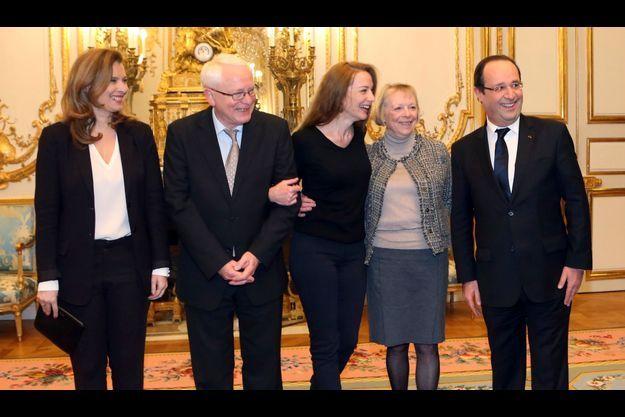 Valérie Trieweiler, Bernard, Florence et Charlotte Cassez, et François Hollande.