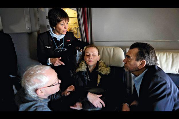 Jeudi 24 janvier, 13 h 25, avant l'atterrissage à l'aéroport Roissy-Charles-de-Gaulle. Frank Berton, son avocat (à dr.), et Bernard Cassez, son père, entourent Florence. De la prison de Tepepan, elle n'a ramené que sa trousse de toilette et une petite peluche dans son sac à main.