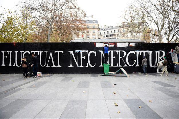 Des artistes ont peint la devise de Paris place de la République.