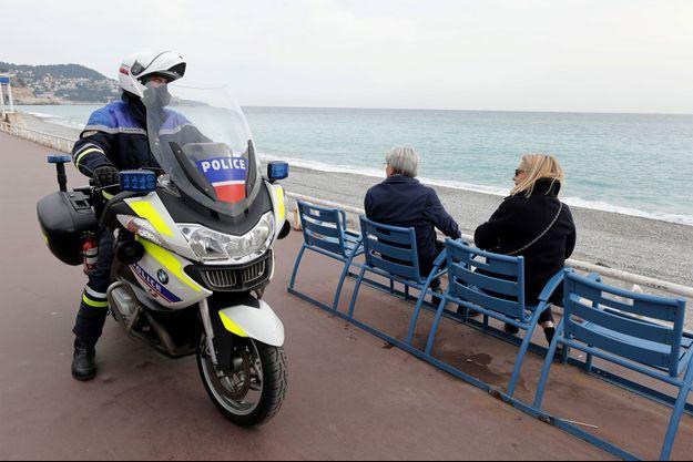 La police patrouille sur la Promenade des Anglais, à Nice, mardi.